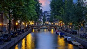 kanal-amsterdam-300x169